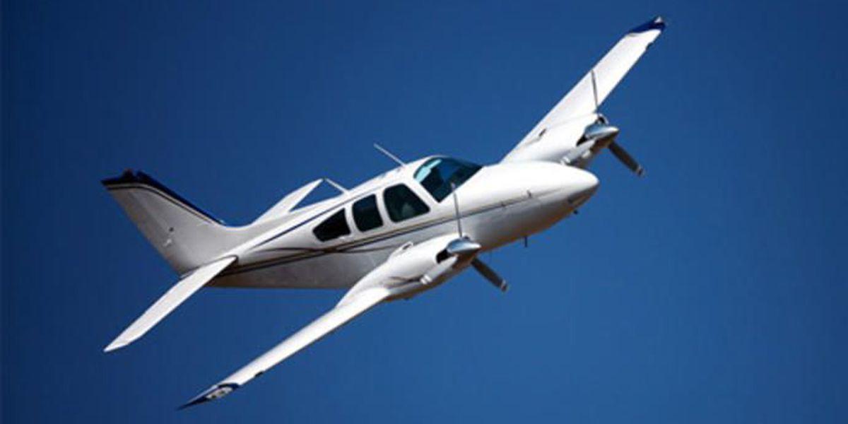 Piloto aterriza su avioneta para comprar café