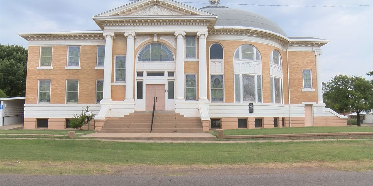 Members of Preservation Foundation working to preserve old Presbyterian church in Memphis