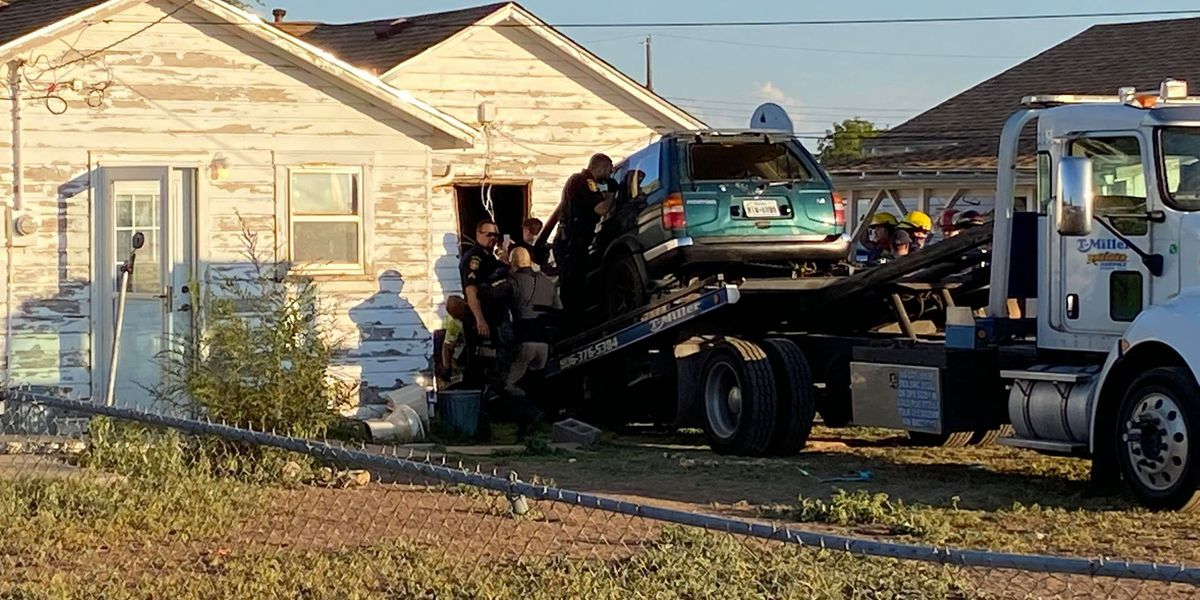 Amarillo police investigating after man with gunshot wound crashes car into house