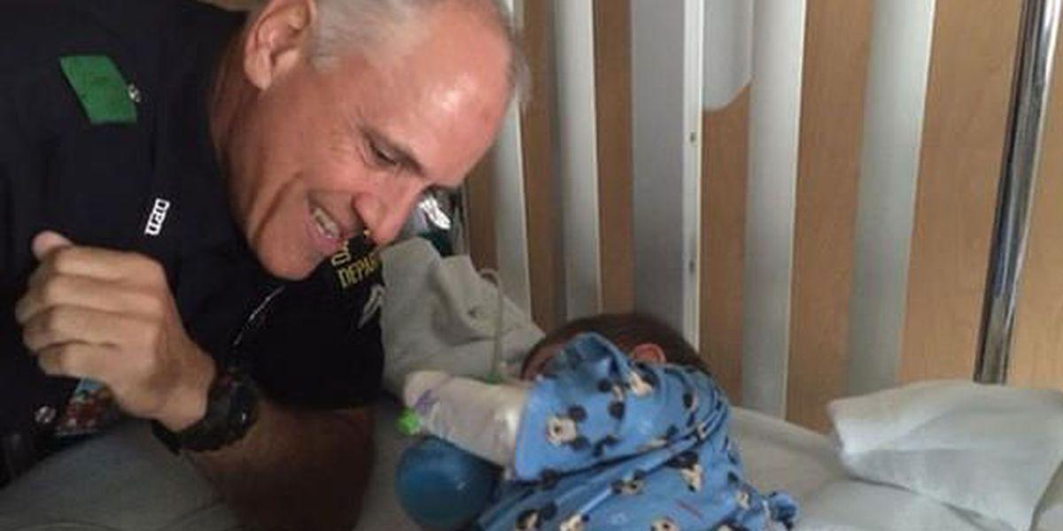 Oficial salva a bebé inconsciente en la feria